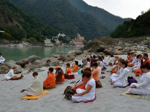 Clase de yoga en Rishikesh.