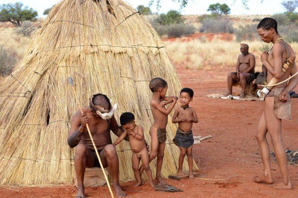 Bosquimanos en Kalahari - Viaje a Namibia